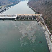 Ölfilm auf der Donau